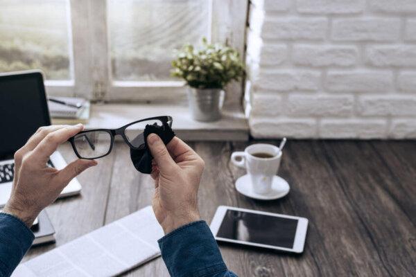 Czyszczenie okularów mikrofibrą